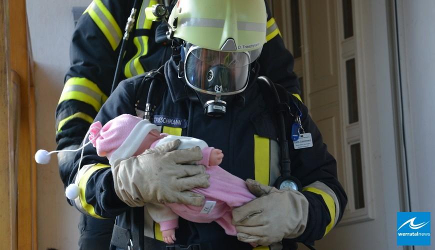 Baby und drei Bewohner aus brennendem Haus gerettet