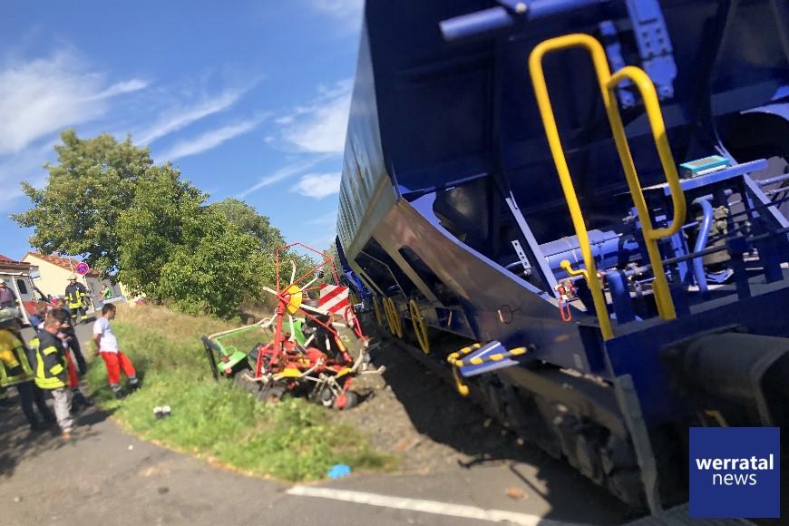 Traktor von Zug erfasst - 68 jähriger Landwirt schwer verletzt
