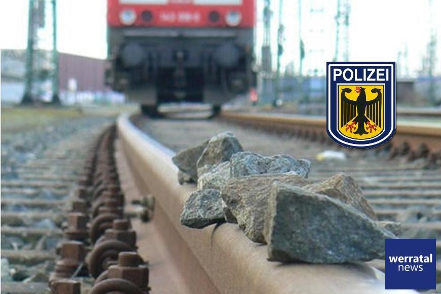 Schottersteine auf Bahnstrecke bei Obersuhl gelegt