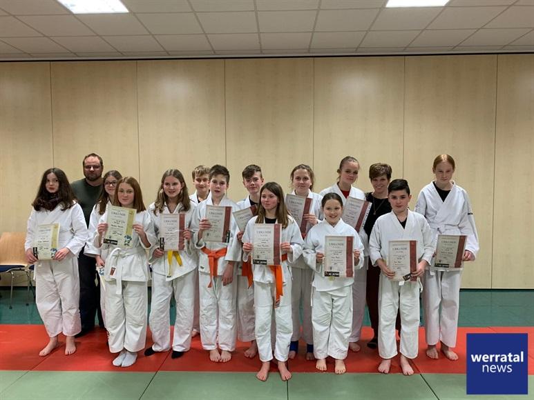 Erfolgreicher Jahresabschluss für die Ju-Jutsu Kids des TV03 Heringen
