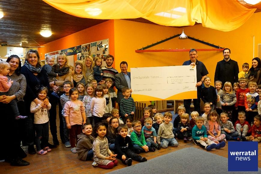 EEW-Kraftwerker spenden für Heringer Kindergarten