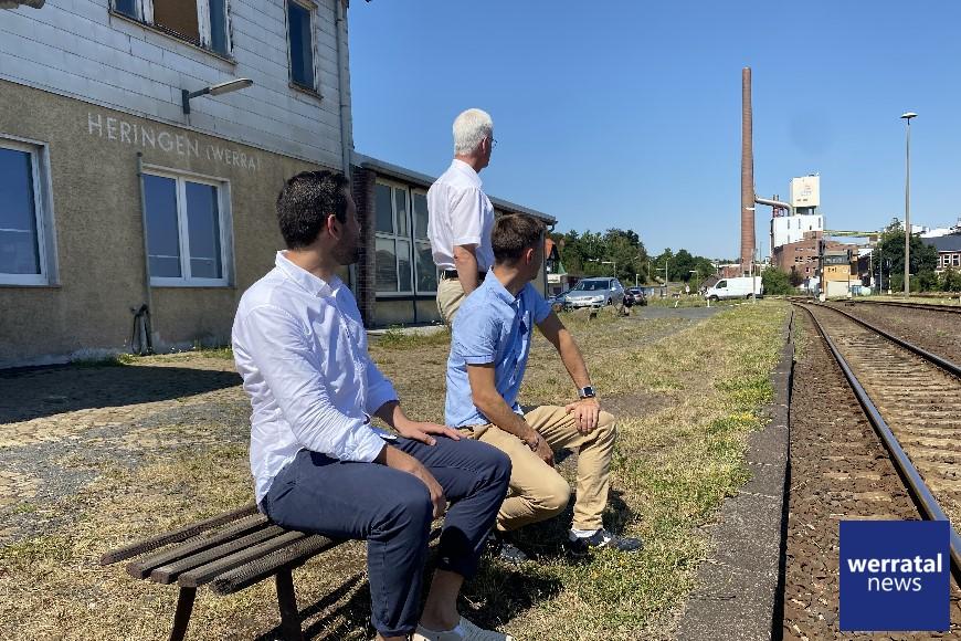 In der Mittagssonne schauen Heringens Bürgermeister Daniel Iliev sowie die Vorsitzenden der SPD-Unterbezirke Maik Klotzbach (Wartburgkreis) und Torsten Warnecke (Hersfeld-Rotenburg) im Bahnhof Heringen in Richtung Gerstungen auf den dereinst zu erwartenden ersten Personenzug